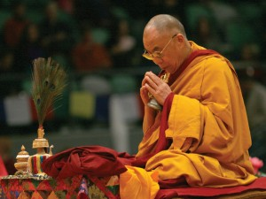 woman-praying-the-dalai-lama-at-prayer-bell-buddhism-compassion-dorje-kindness-677786